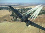 Heinkel po zásahoch opúšťa bojisko.